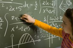 Muchacha que hace matemáticas Foto de archivo libre de regalías