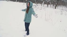 Muchacha que hace ?ngel en la nieve metrajes