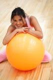 Muchacha que hace pilates Foto de archivo libre de regalías