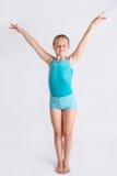 Muchacha que hace saludo del gymast Fotos de archivo libres de regalías