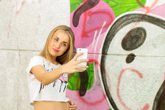 Muchacha que hace un selfie Foto de archivo libre de regalías