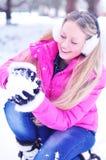 Muchacha que hace una bola de nieve Fotografía de archivo libre de regalías