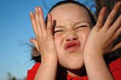 Muchacha que hace una cara tonta Imagen de archivo