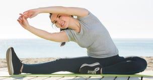 Muchacha que hace yoga Foto de archivo