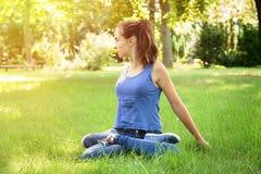 Muchacha que hace yoga en naturaleza Foto de archivo libre de regalías