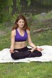 Muchacha que hace yoga en parque Fotos de archivo