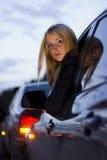 Muchacha que inclina hacia fuera la ventana de coche   Foto de archivo libre de regalías
