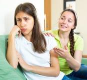 Muchacha que intenta animar para arriba al amigo deprimido Fotografía de archivo