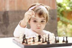 Muchacha que juega a ajedrez Fotografía de archivo