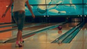 Muchacha que juega al bowling almacen de metraje de vídeo