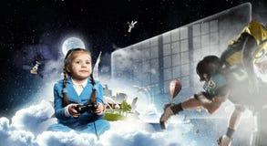 Muchacha que juega al juego video Técnicas mixtas Fotos de archivo