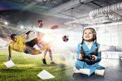 Muchacha que juega al juego video Técnicas mixtas Imagen de archivo