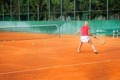 Muchacha que juega al tenis al aire libre Imagen de archivo