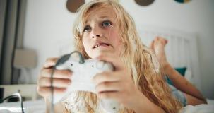 Muchacha que juega al videojuego con la palanca de mando metrajes