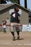 Muchacha que juega a beísbol con pelota blanda Fotografía de archivo libre de regalías