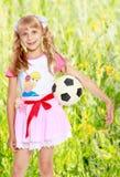 Muchacha que juega con el balón de fútbol Imagen de archivo