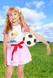 Muchacha que juega con el balón de fútbol Imágenes de archivo libres de regalías