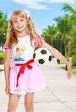 Muchacha que juega con el balón de fútbol Fotografía de archivo libre de regalías