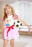 Muchacha que juega con el balón de fútbol Foto de archivo libre de regalías