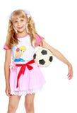 Muchacha que juega con el balón de fútbol Fotos de archivo libres de regalías