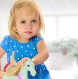 Muchacha que juega con el caballo Foto de archivo