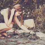 muchacha que juega con el gato en la calle Fotos de archivo libres de regalías