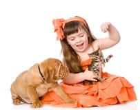 Muchacha que juega con el gato y el perro Aislado en el fondo blanco Fotos de archivo