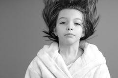 Muchacha que juega con el pelo Foto de archivo