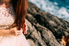 Muchacha que juega con el pelo La novia del rojo juega con los rizos en el ro Fotografía de archivo libre de regalías