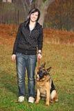 Muchacha que juega con el perro Imagen de archivo
