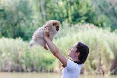 Muchacha que juega con el perro Foto de archivo libre de regalías