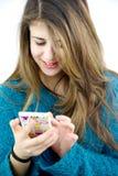 Muchacha que juega con el teléfono celular Imagenes de archivo