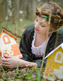 Muchacha que juega con la casa de muñecas del vintage Foto de archivo
