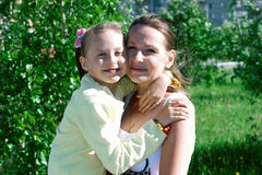 Muchacha que juega con la mamá Imagen de archivo