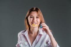 Muchacha que juega con las burbujas de jabón Imagenes de archivo
