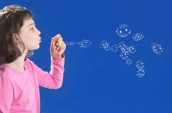 Muchacha que juega con las burbujas de jabón Imagen de archivo libre de regalías
