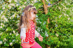 Muchacha que juega con las burbujas de jabón Foto de archivo