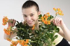 muchacha que juega con las flores Fotografía de archivo