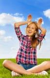 Muchacha que juega con las manos en su cabeza y risa Foto de archivo libre de regalías