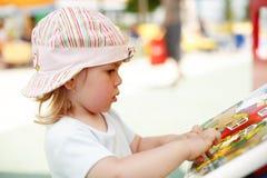 Muchacha que juega con los juguetes imagen de archivo libre de regalías