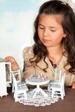 Muchacha que juega con los muebles de la muñeca Fotografía de archivo libre de regalías