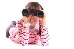 Muchacha que juega con los prismáticos foto de archivo libre de regalías