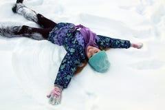 Muchacha que juega con nieve Foto de archivo libre de regalías