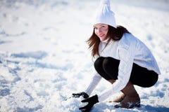 Muchacha que juega con nieve Fotografía de archivo