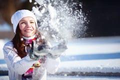 Muchacha que juega con nieve Imágenes de archivo libres de regalías