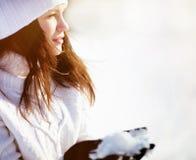 Muchacha que juega con nieve Imagen de archivo libre de regalías