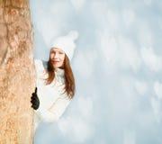 Muchacha que juega con nieve Imagenes de archivo