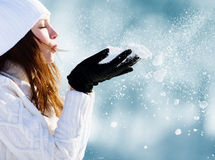 Muchacha que juega con nieve Fotografía de archivo libre de regalías