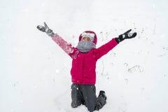 Muchacha que juega con nieve en invierno Foto de archivo libre de regalías