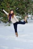 Muchacha que juega con nieve en parque Foto de archivo